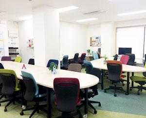 明るく清潔感のある空間づくりを大切にしている就労移行支援事業所です。