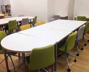 各テーブルに分かれて就職に向けた講座をおこないます。