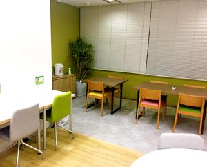 カフェスペースは、みんなで昼食を食べたり、休憩時間を過ごしたりできます。