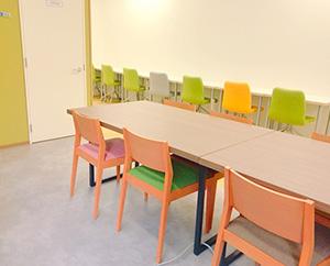 みんなでお弁当を食べたり、休憩をとったりできるカフェスペースです。