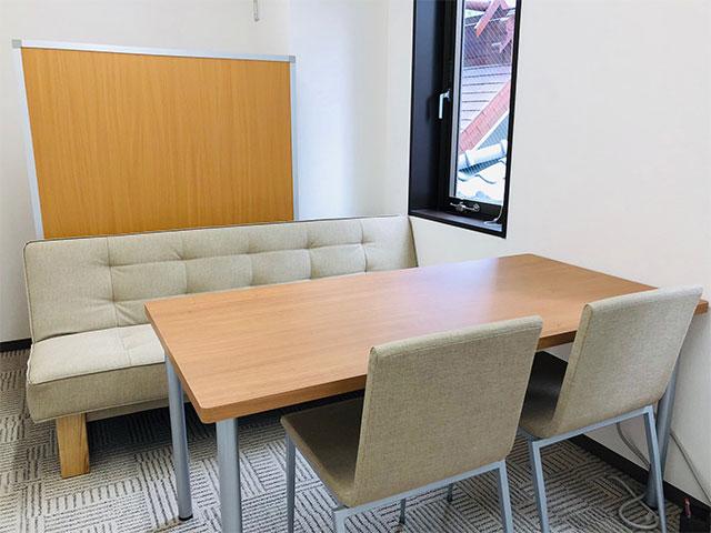 個室では、就職活動や体調などの気になることを個別に相談できます。また、模擬面接や面談でも使用します。