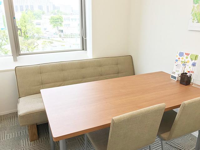 個室の面談室では、就職活動のための面接練習や体調管理のための面談などを行います。