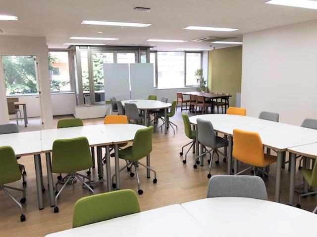 清潔感のある、オフィスのような空間づくりを大切にしている就労移行支援事業所です。