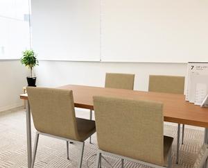 個室では就職活動・体調などの気になることを相談したり、模擬面接などの際に使用します。
