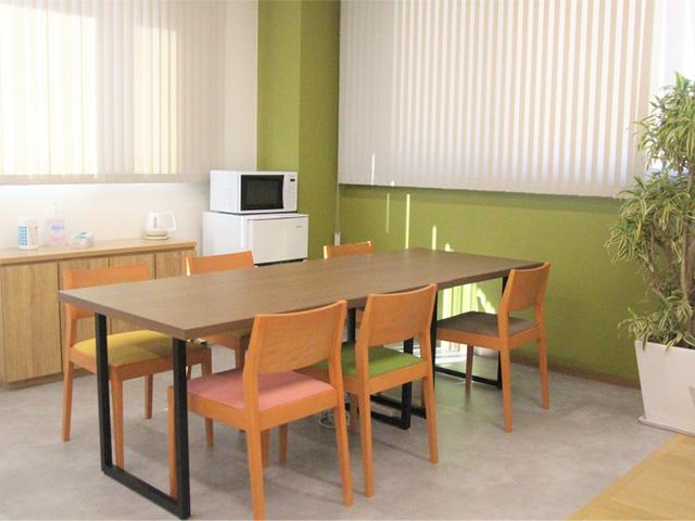 休憩時間やランチ時間を過ごすスペースです。冷蔵庫や電子レンジもあります。