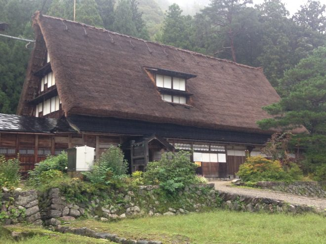 体験ハウスのすぐ近くにある「国指定重要文化財岩瀬家」。でっかいですな。