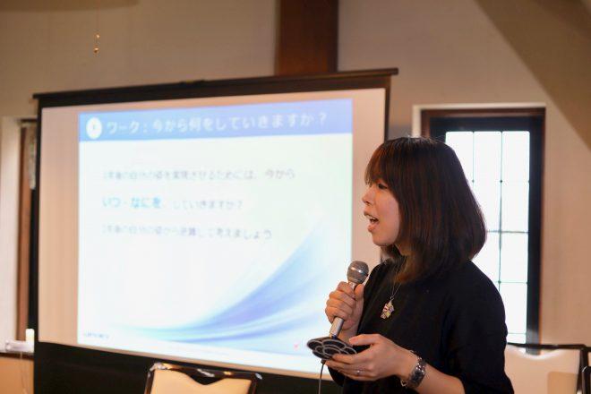 新しい働き方講座で発表をする拝崎さん