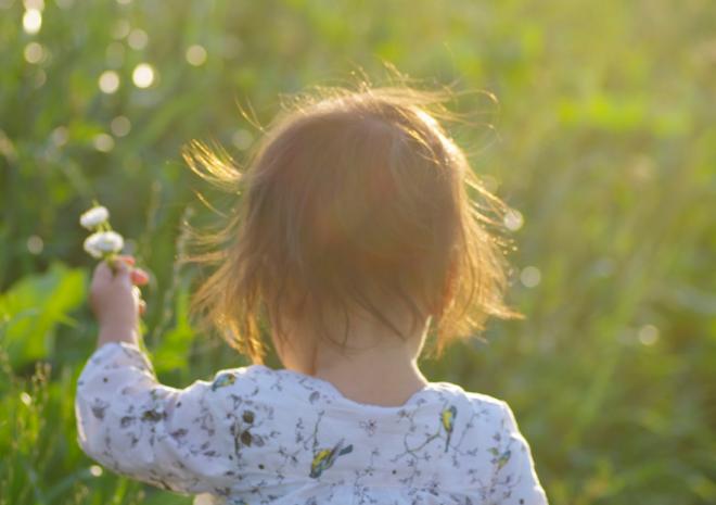 大自然の中でのびのび遊ぶ子供の様子