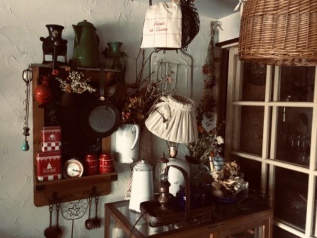 アンティーク調の家具が店内に所狭しと並べられています