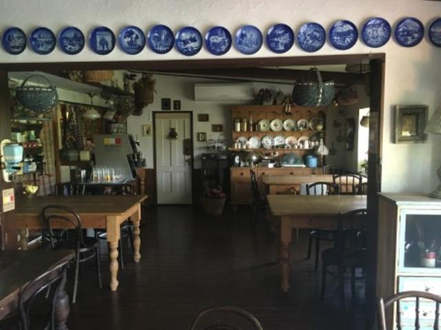ドアの梁の部分にもアンティークのお皿が飾られている