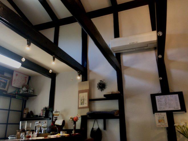 高い天井に太い立派な梁が印象的な空間