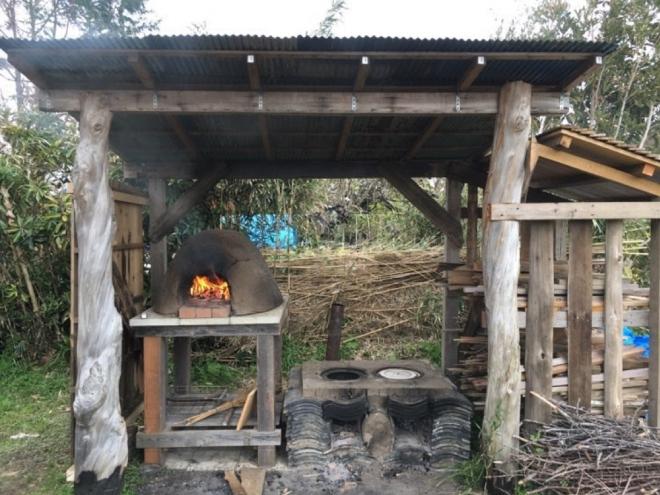 納屋から下ろした瓦と粘土で作ったかまどとピザ窯