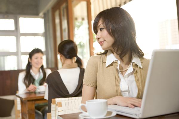 カフェで作業する女性