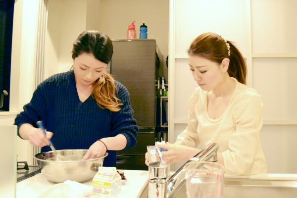 ケーキづくりをする2人の女性