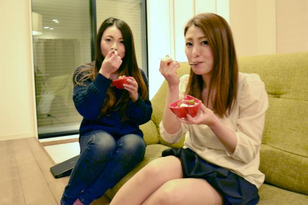 チョコムースを試食する女性