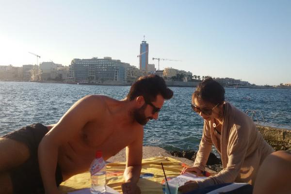 海辺にいる男女