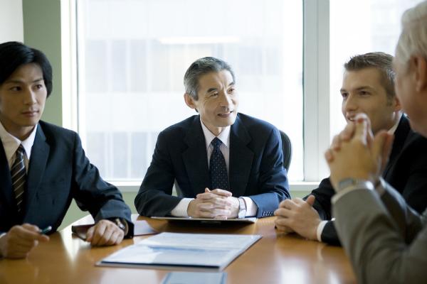 外国人と会議する日本人