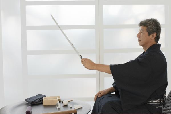 剣をもつ男性