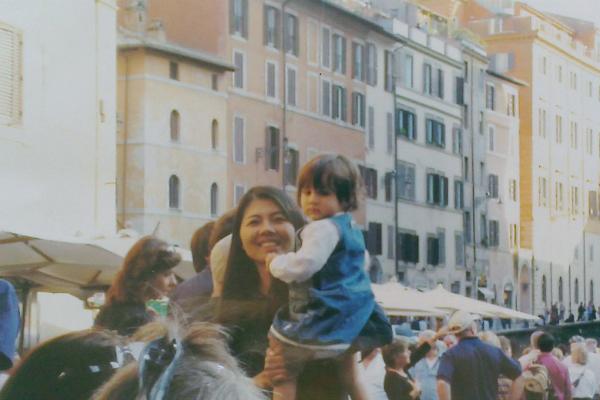 イタリアの街にいる親子