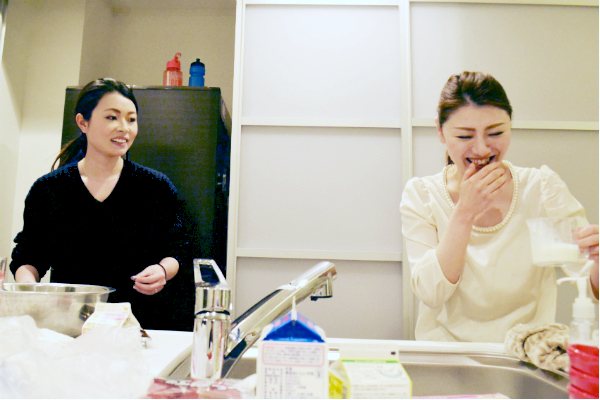 キッチンにたつ2人の女性