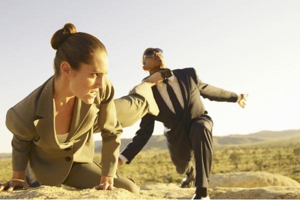 後ろ蹴りする女性