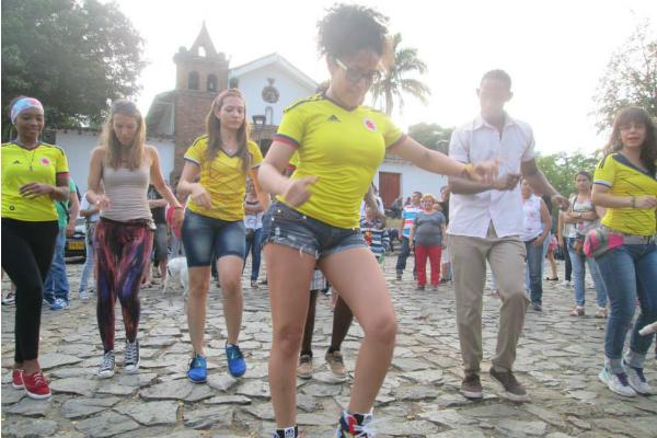 ダンスを踊る南米の女性