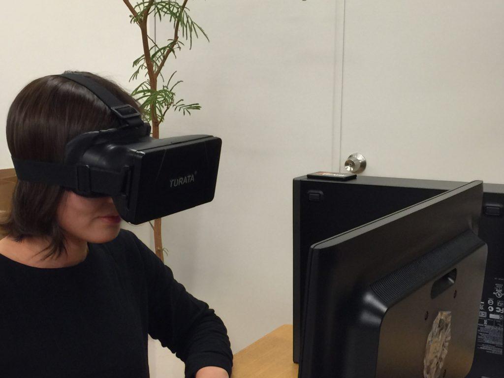 """<VRヘッドセットを使った""""内覧体験""""のイメージ>"""
