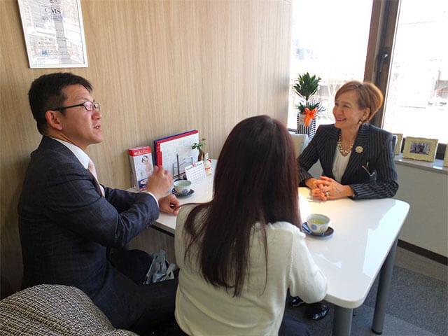 婚活を振り返ってお話しされる遠藤さんと奥様。聞き手は担当仲人の野中さん。