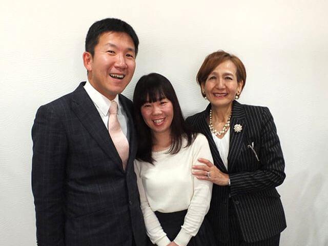 遠藤さんご夫妻と仲人で。お二人の仲の良さがうかがえる笑顔です。