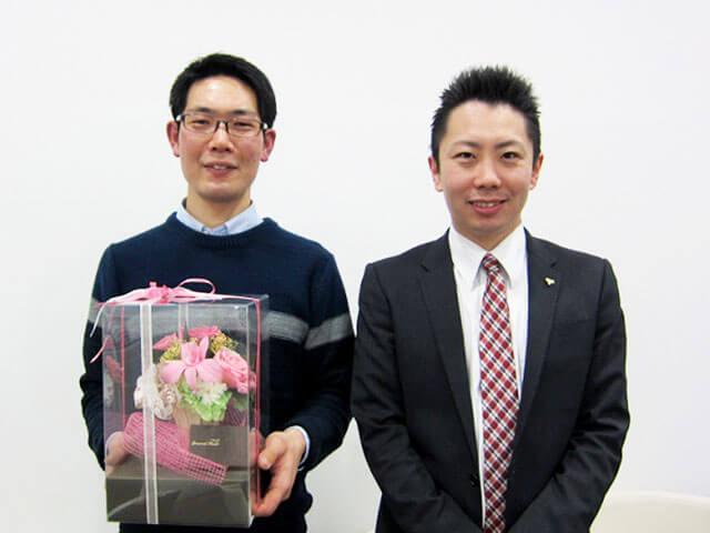 ただいま結婚式準備真っ最中という岡村さん(左)と担当の仲人カウンセラー