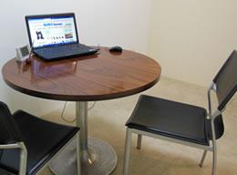 面談スペースで、一緒にお相手探しをパソコンでされています。