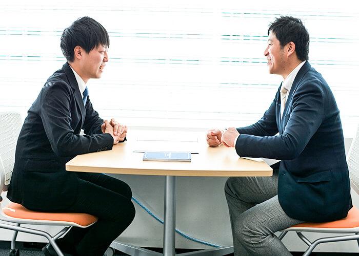 相談所での工夫を話す小川さん。