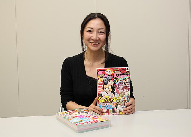雑誌を持った萩原さん