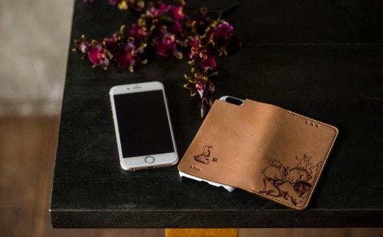河原シンスケ氏が1点ずつ焼ごてで描いた限定ヌメ革 iPhoneケース
