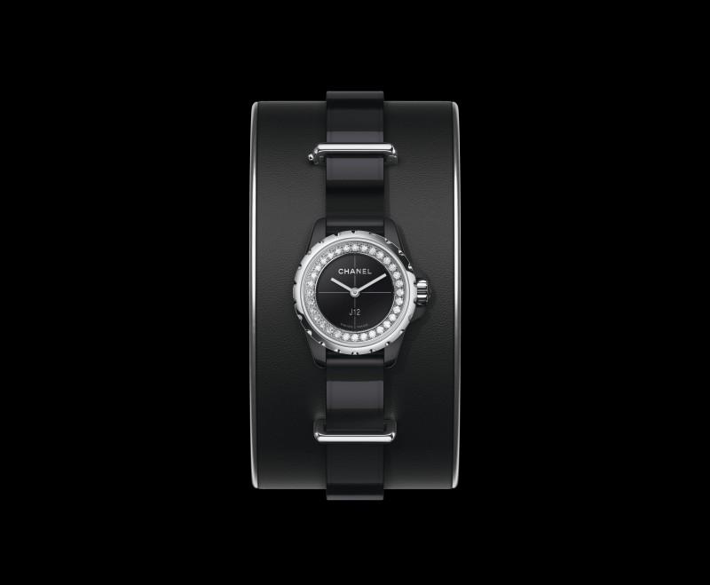 J12 XS_Black_small_cuff_noire_fond_noir
