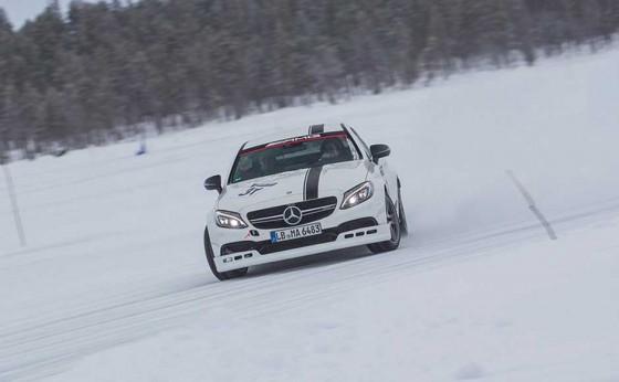 メルセデスAMGのドライビングアカデミー<br>世界中から450人が集まる<br>氷上ドリフト三昧のツアーに参戦(前編)