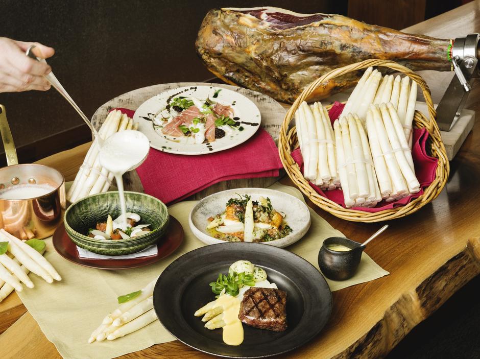 Andaz-Tokyo-Tavern-White asparagus-group-w-hand