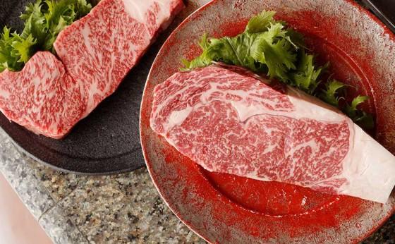 肉を愛するふたりで楽しみたい「赤と黒」は、ウシシな合言葉!?