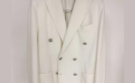 女性から褒められる白ジャケット
