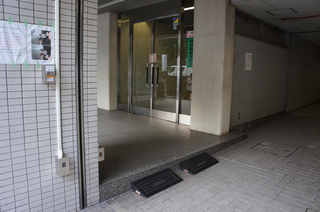 正面入口サイド}