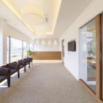 【待合室】<br> 大きな窓からさし込む陽光、アロマオイルの心地よい香りが漂う待合室です。衛生面に配慮して、患者さまの履物のままお入りいただけます。