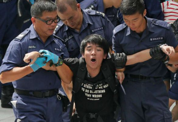 hk-police-arrest-protesters-at-government-complex-628x471