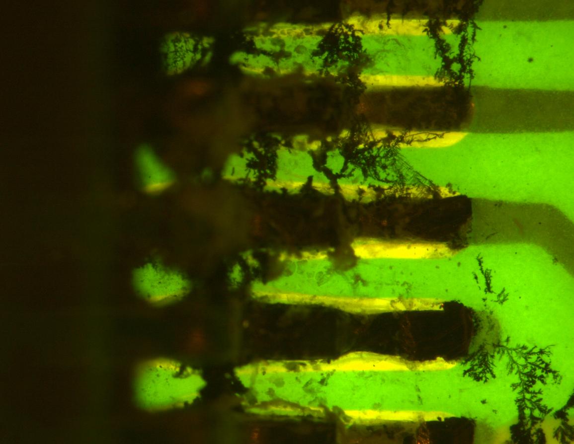ものづくりのための蛍光顕微鏡観察事例/プリント基板のイオンマイグレーション発生箇所を蛍光顕微鏡で正確に評価する