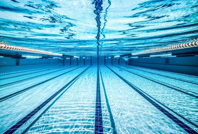 プールの水中