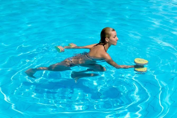 水中ウォーキング 重りを持つ女性