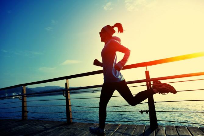 健康的な女性のランニング