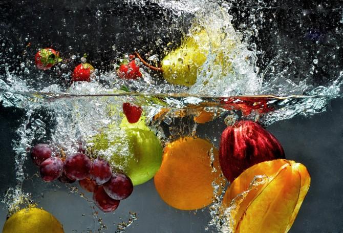 フルーツを水にドボン