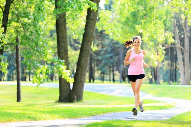 公園内を走る女性