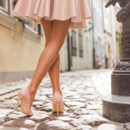 女性 細い足