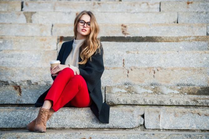 ファッショナブルな女性 赤いパンツを中心にしたコーディネート